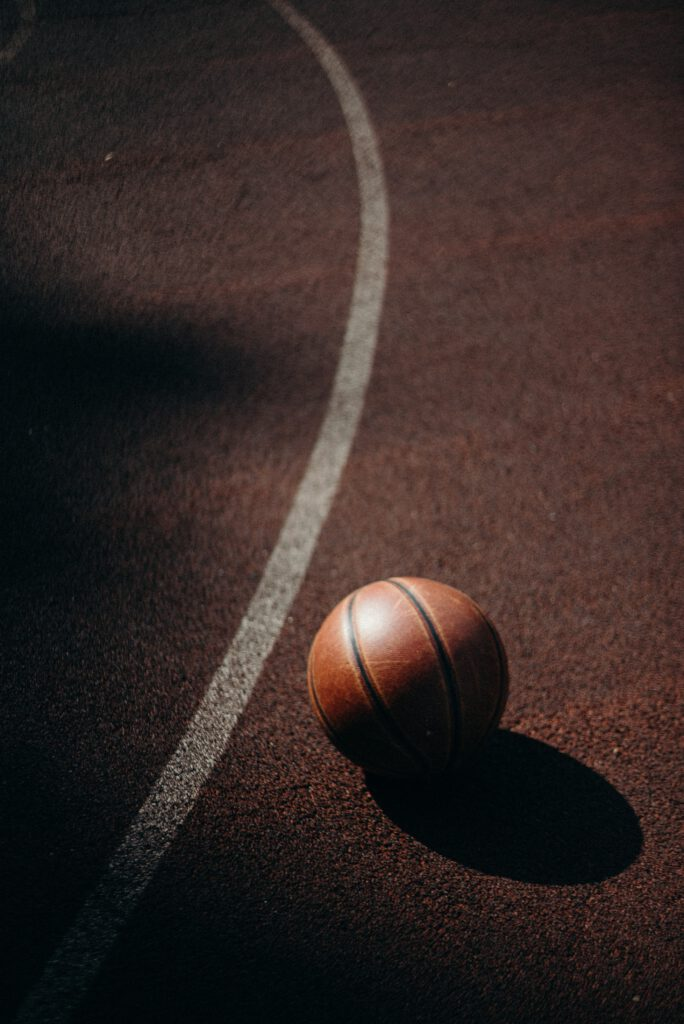 Außerhalb der Dreipunktelinie am Boden liegender Basketball