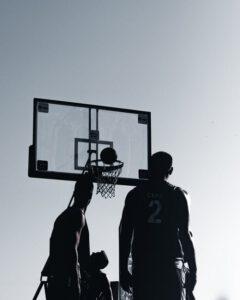 Silhouetten von Männern auf einem Basketball-Freiplatz