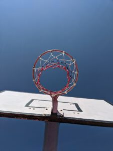 Basketballkorb unter blauem Himmel